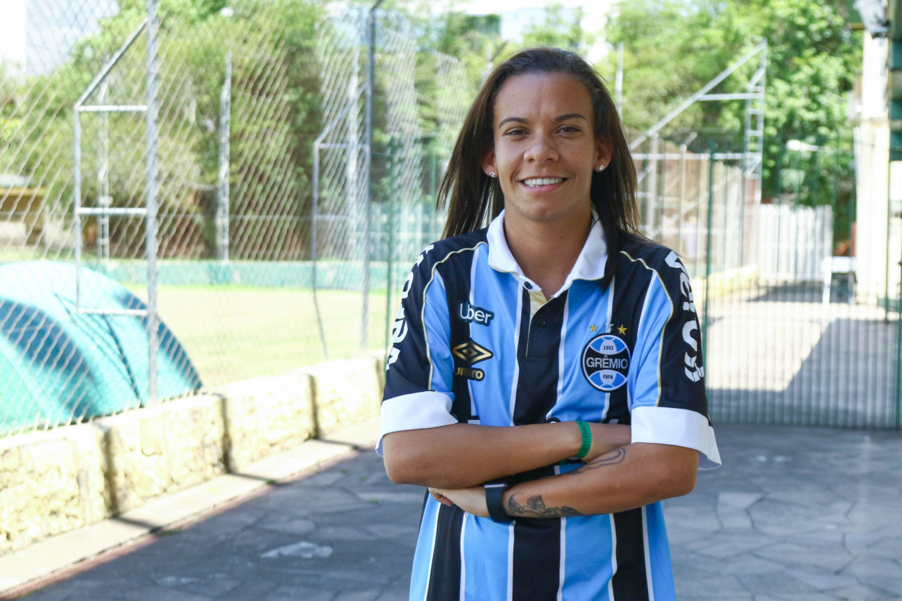 Photo of Jane Tavares de Oliveira assina contrato com as Gurias Gremistas